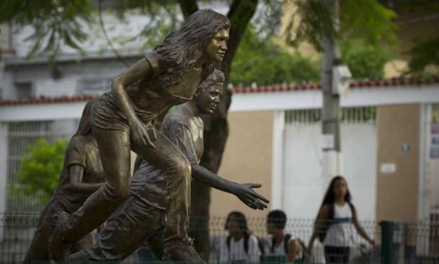 Escola Municipal Tasso da Silveira, onde aconteceu o massacre de Realengo, em 2011. Na foto, esculturas em homenagem as vítimas, ao lado da escola | Márcia Foletto / Agência O Globo